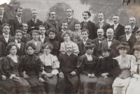 Divadelní ochotníci v Žebráku 1905. Uprostřed sedí F. Volman, třetí zprava nahoře O. Volman