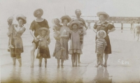 The Volmans at the seaside (1910)