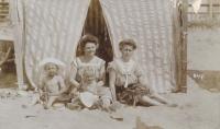 Babička Antonie s dětmi (1910)