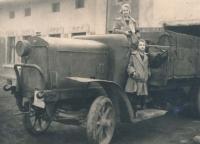 Matka Helena s tetou Jiřinou (1933)