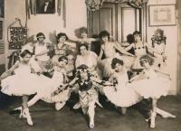 Matka Helena (dole uprostřed) v baletní škole