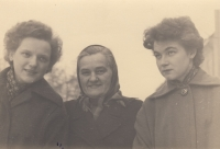 With her mother and her sister Anna Marie (left)