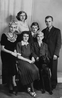 Hana Ryvolová (in the middle) with her family in 1948. Her dad was self-employed and the arrival of communist regime made entrepreneurship impossible for him