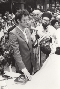 1990, election of Zoryan Popadyuk as chairman of the council, next to father Mykola Kuts