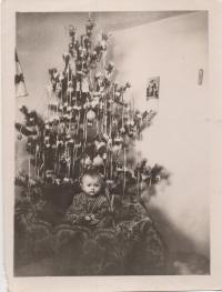 Юлія біля ялинки, 1958 рік, м.Балей