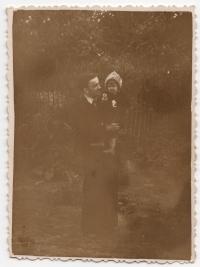 1958 рік, село Кип'ячка, Україна. Маленька Юлія на руках у брата батька
