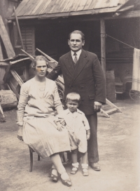 A witness with his parents in Liben, where his father František led a bicycle shop