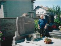 Václav Herout at the grave of his ancestors in Lhota pod Libčany