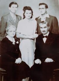 A family photo of the Maláč family: from left children Vlastislav, Jiřina, Bořivoj, Prague 1942