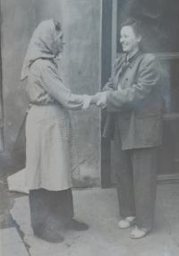 Žofie Slováčková (Zlámalová) coming back from prison. Her mother Anna Slováčková is welcoming her back.