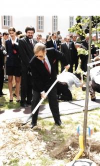 Interpreting at the meeting of seven presidents, Václav Havel planting a tree, Litomyšl,1994