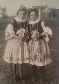1958, harvest home, Kateřina Marťáková a kamarádka Farkašová