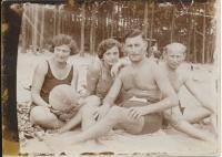 Dagmařiny rodiče (na krajích) a matčin bratr s manželkou (uprostřed), 1936-37