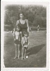 U Sázavy s maminkou a sestřičkou