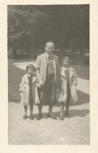Dagmar s otcem a sestrou, léto 1937