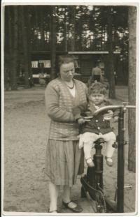 Dagmar s matko, 1930-31