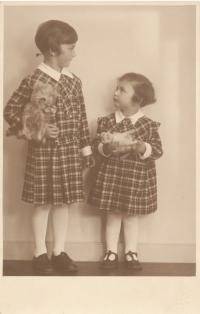 Dagmar (vlevo) a Rita Fantlovy, jaro 1934