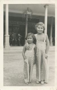 Dagmar (vpravo) a Rita Fantlovy v lázních Luhačovice