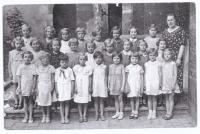 Dagmar (third row, next to the teacher) in the first grade of primary school in Vlašský dvůr (Kutná Hora, 1935-36), teacher Marie Marková