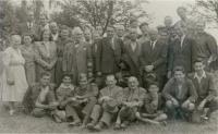Brigada_na_židovskem_hřbitove_v_Olomouci_-_spodni_řada_druha_z_leva_Zuzana_Beckmannova_(1947_nebo_1948)