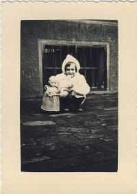 Dana Němcová as a child, 1936/37