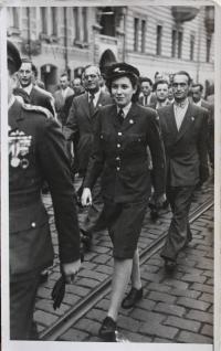Margita Rytířová v uniformě na přehlídce - 1946 (1947)