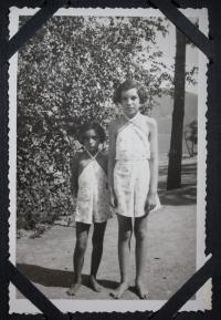 se svojí mladší sestrou Lenkou (Elinor) provdanou Koeppelovou