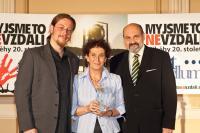 Cenu Paměti národa předal Věře Roubalové teolog Tomáš Halík. Na snímku též produkční prvního ročníku udílení Cen Ondřej Beránek
