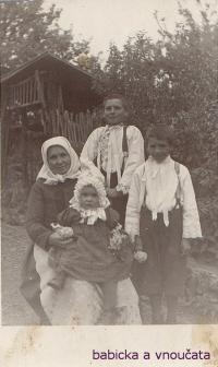 Babicka_s_vnoučaty-úplně vpravo Stanislav Lekavý