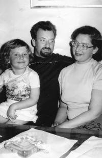 Riesel Petr - s dcerou Hanou a manželkou Tamarou,  2. pol. 70. let