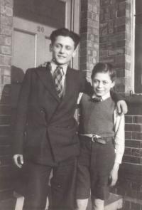 Ebgland cca 1940, Asaf with his older brother