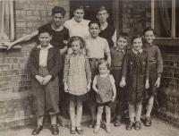 England cca 1940, Asaf 3th right, his brother 1st left, first three down:Petr Felstein, Hana Franklová, Líza Daschovák, in the middle: Ralf Strass, vpravo Raja Strasserová, Pavel Strass, on top from  right: Fritz  Schwartzkopf, Hana Strasserová