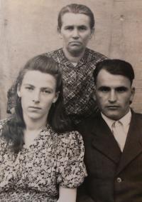 Nina Bilijenková with husband and mother