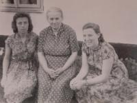 Nina Bilijenková vpravo s matkou a sestrou Helenou