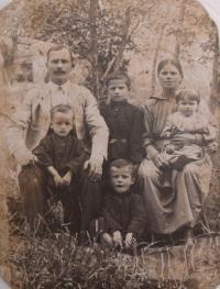 Rodiče a sourozenci manžela - uprostřed