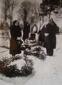 Vladimír Ficek with his wife at the cemetery, the last one before reemigration to Czechoslovakia