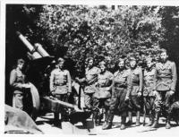 1. oddíl, 1. československá samostatná brigáda, obsluha houfnice ráže 250 mm(vlevo stojící muž je Vasil derďuk)