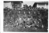 Dělostřelecká baterie-Černovec 1945 (horní řada, druhý z prava Vasil Derďuk)