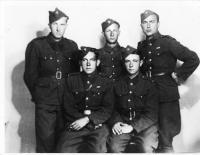 V dělostřelecké baterii-stojíci z leva Vasil Derďuk, Černiga, ...,sedící z leva Hosenec, Plákoš
