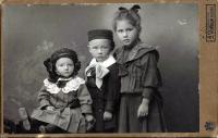 Prokop Vejdělek se starší sestrou Lidkou a sestřenicí