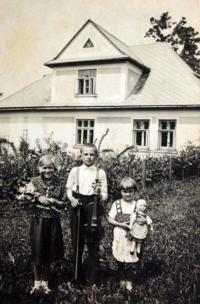 Mr. Drong with sisters in front of their native house in Mosty u Jablunkova