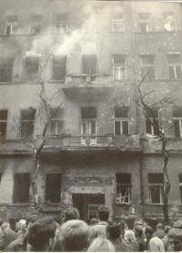 1968, srpen, dům poškozený výbuchem u Rozhlasu