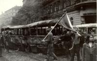 1968, srpen, vyhořelá barikáda u Rozhlasu