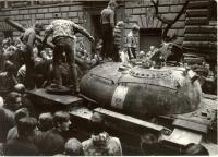1968, srpen, radost dětí na vyhořelém tanku v postranní ulici u Rozhlasu