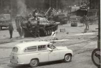 """1968, srpen, """"při střelbě na fasádu Muzea postřelili vlastního vojáka, jede pro něj sanitka"""""""