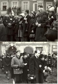 1969, leden, tryzna za Jana Palacha, smuteční průvod na Staroměstském náměstí, na snímku dole Palachova rodina