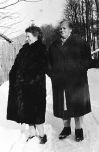 Erika Bednářová with her mother, 1954