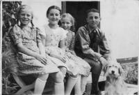 Children from Vízmberk in 1939 (sister Lida on the left, third from the left Erika Rotterová (Bednářová))