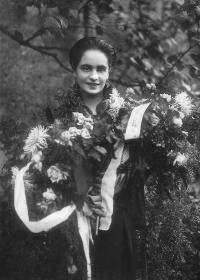 Božena Malypetrová při své maturitě v roce 1925