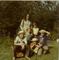 Kamila Bendová s dětmi v době, kdy Václav Benda seděl ve vězení - 1981